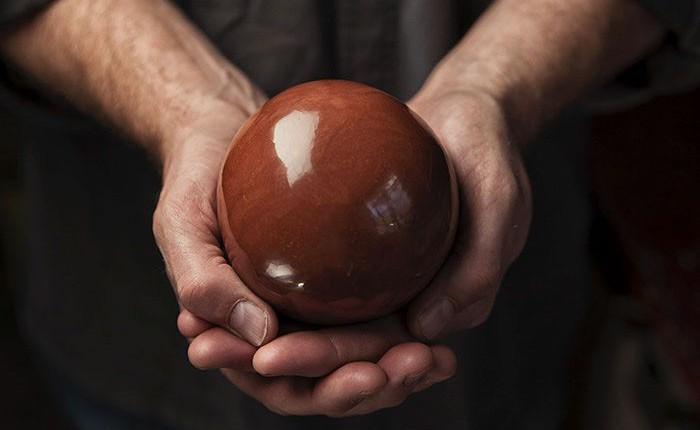 Quả cầu bằng giấy bạc chưa là gì hết, người Nhật còn có thể làm ra những quả cầu hoàn hảo chỉ bằng bùn đất