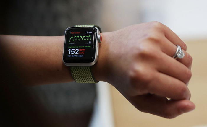 Canada: Nữ sinh viên bị phạt 400 USD vì sử dụng Apple Watch để xem giờ khi đang lái xe
