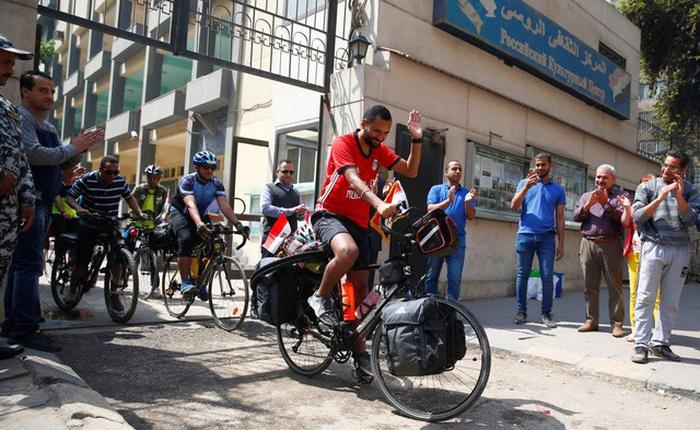 Anh chàng đạp xe hơn 5000km trong 65 ngày từ Ai Cập sang Nga xem World Cup 2018