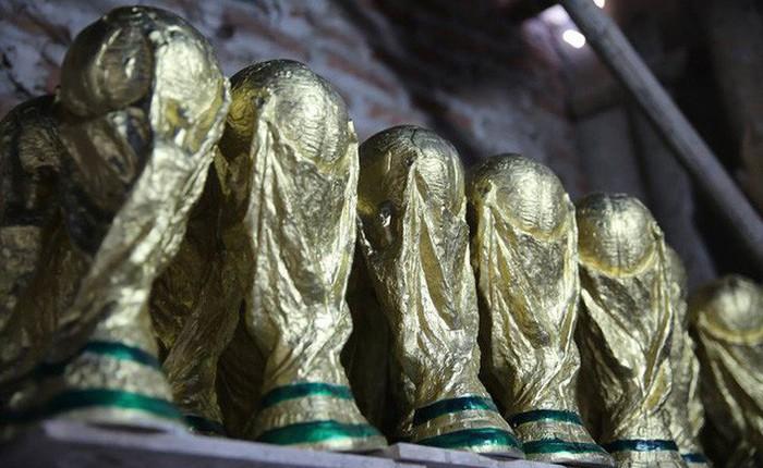 """Cặp vợ chồng ở làng gốm Bát Tràng dự tính thu về 240 triệu sau khi tung 3.000 chiếc """"Cúp vàng"""" siêu rẻ ra thế giới trong mùa World Cup"""