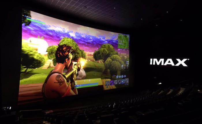 Chán bẻ điện thoại, YouTuber Unbox Therapy thử chơi Fortnite trên màn hình IMAX