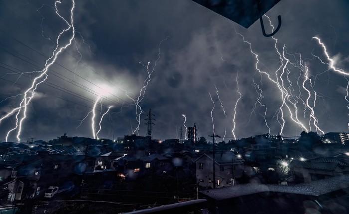 Choáng ngợp với loạt ảnh sấm sét ngập trời được dân mạng Nhật Bản ghi lại tại Tokyo