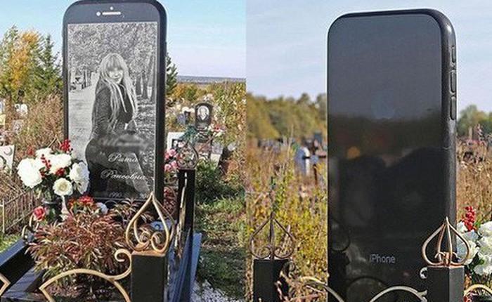 Nga: Cô gái được gia đình dựng bia mộ hình cái iPhone 7 cao một mét rưỡi sau khi qua đời