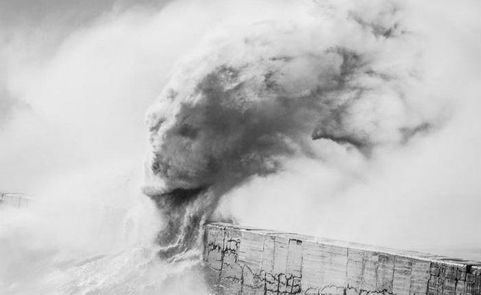 Xem cách nhiếp ảnh gia này sáng tạo ra những bức ảnh trừu tượng đầy sống động từ sóng biển