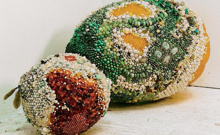 Nghệ sĩ Kathleen Ryan chứng minh cho ta thấy hoa quả thối cũng có vẻ đẹp riêng