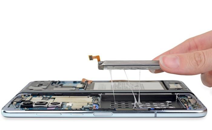 """iFixit tiến hành """"mổ bụng"""" Galaxy Fold để xem Samsung đã sửa nó như thế nào"""