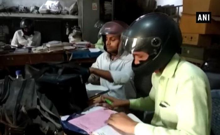 Chuyện khôi hài: Nhân viên văn phòng Ấn Độ đội mũ bảo hiểm trong lúc làm việc để tránh bị mái nhà rơi xuống đầu