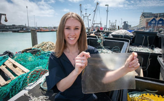 MarinaTex, thứ nhựa sinh học dễ phân hủy làm từ da cá và tảo sẽ cứu được Trái Đất