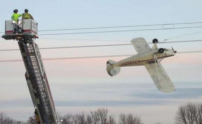 Lính cứu hỏa giải cứu phi công vì máy bay bị vướng vào đường dây điện cao thế