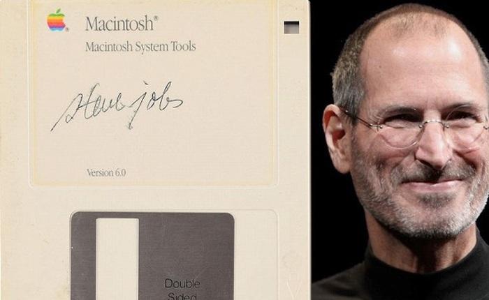 Nhờ Steve Jobs, chiếc đĩa mềm trông hết sức cũ kĩ này vừa được bán với giá gần 2 tỷ đồng