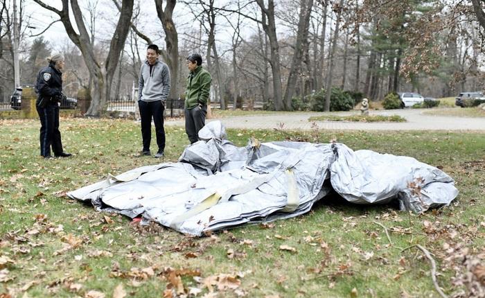 Đang yên đang lành tự nhiên chiếc cầu trượt thoát hiểm trên máy bay Boeing rơi thẳng xuống sân người dân ở dưới