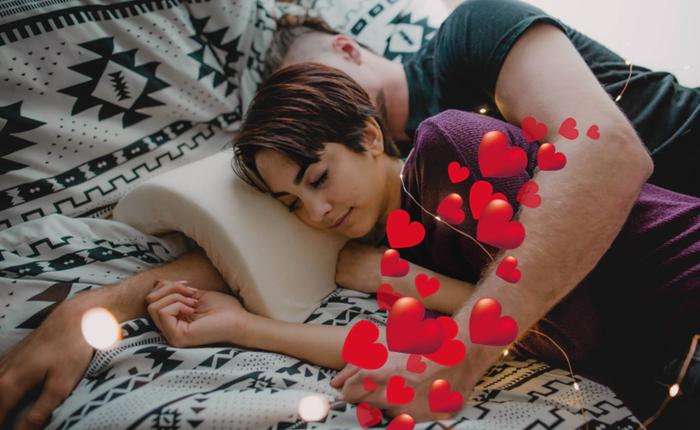 Không dành cho người ế: Chiếc gối chống tê tay khi gấu muốn ôm nhau ngủ kiểu úp thìa