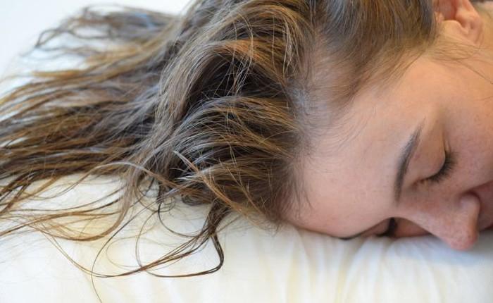 Thắc mắc muôn thuở: Để tóc ướt đi ngủ thì có sao không?
