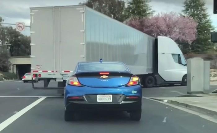 Xem xe tải chạy điện cỡ lớn của Tesla tăng tốc trên đường nhanh hơn cả sedan của Chevrolet
