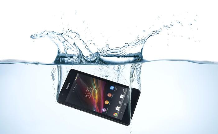 """Ngược dòng thời gian: Từ """"thiên địch"""", nước đã trở thành """"bạn đồng hành"""" khi nói đến chất lượng của điện thoại"""