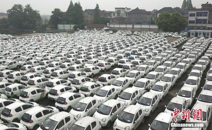 """Trung Quốc: Hàng trăm xe điện bị """"xếp xó"""" vì hậu quả của nền kinh tế chia sẻ phát triển chóng mặt"""
