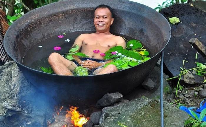 Lạ lùng người Philippines ngâm mình trong chảo trên bếp lửa cho nó thư giãn