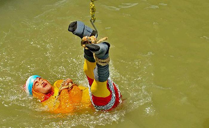 """Ấn Độ: Đã tìm thấy thi thể của nhà ảo thuật mất tích sau khi biểu diễn """"magic"""" dưới sông Hằng"""