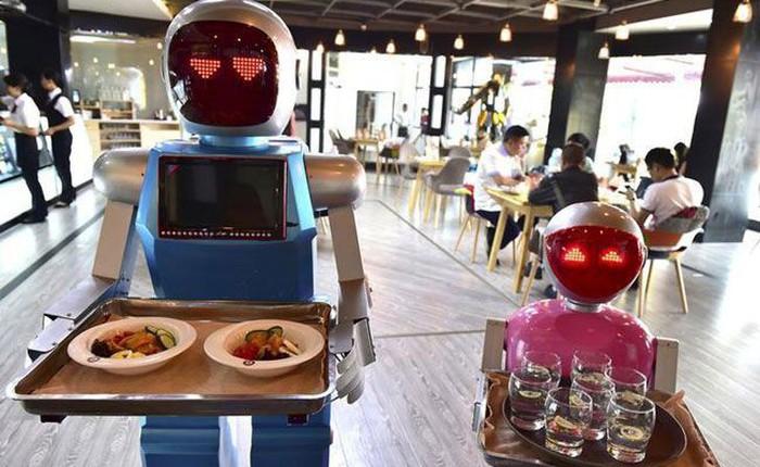 """Khi giới trẻ Trung Quốc không muốn làm phục vụ bàn, các cửa hàng """"đành"""" nhờ cậy vào robot"""