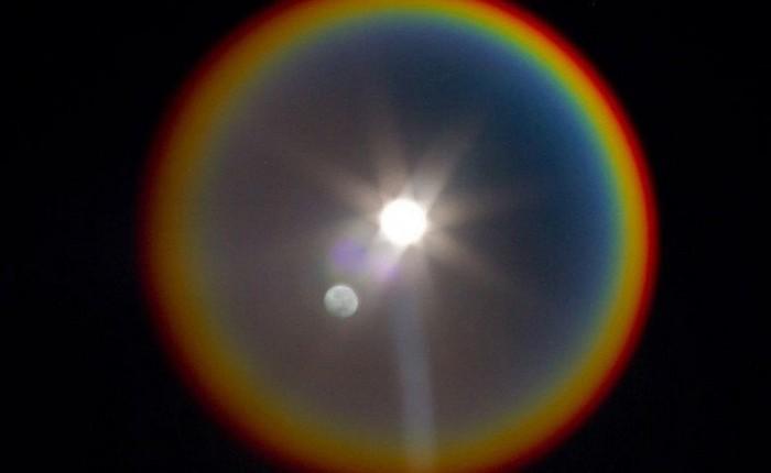 NASA chia sẻ bức ảnh hiếm có về quầng sáng tựa như cầu vồng bao quanh Mặt Trăng