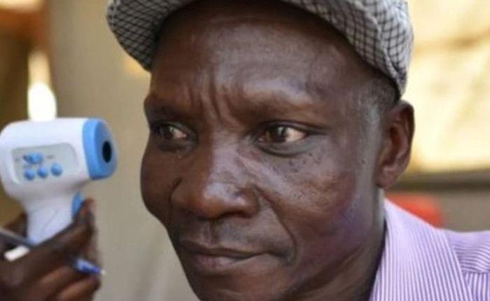 """Người đàn ông """"xì hơi"""" một cái là chết cả đàn muỗi, được công ty diệt côn trùng săn đón như thần tượng"""
