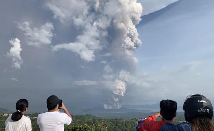 Núi lửa Taal ở Philippines phun cột tro bụi cao 15 km, nguy cơ động đất và sóng thần cận kề