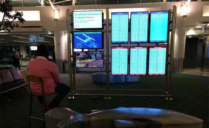 Chán cảnh ngồi không chờ đợi, game thủ cắm PS4 vào màn hình của sân bay để chơi game