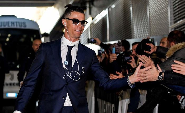 Siêu sao Cristiano Ronaldo vẫn còn nghe nhạc bằng iPod Shuffle và tai nghe 3.5mm