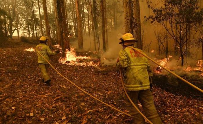 Đau lòng cảnh lửa cháy tại Úc đuổi sát nút xe của lính cứu hỏa