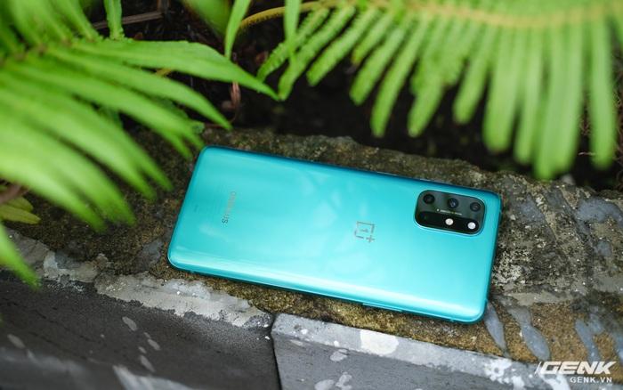 Ảnh thực tế OnePlus 8T tại Việt Nam: Bản cắt giảm nhẹ từ OnePlus 8 Pro, cấu hình gần như giữ nguyên, được kèm sạc siêu nhanh 65W, giá 18,99 triệu đồng