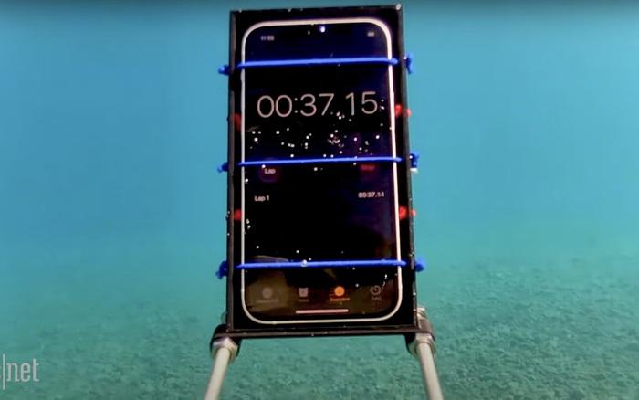 Điều gì sẽ xảy ra nếu ngâm nước iPhone 12 ở độ sâu gần 20 mét trong 30 phút?