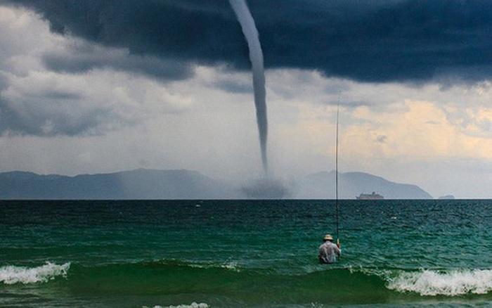 """Bức ảnh """"Ông già và biển cả"""" phiên bản Việt lọt top 1 ảnh về câu chuyện đại dương do National Geographic..."""
