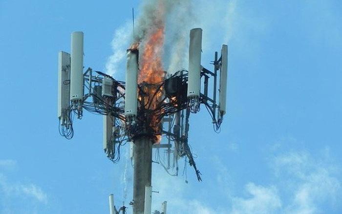 Dân Anh nhổ nước bọt vào mặt kỹ sư mạng, phá hoại 77 cột phát sóng viễn thông vì tin vào thuyết âm mưu 5G...