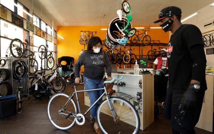 Sau khi giành nhau giấy vệ sinh, giờ đây dân Mỹ đổ xô mua... xe đạp!