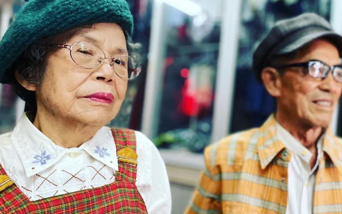 Thời trang không màng tuổi tác: Cặp vợ chồng giá người Hàn Quốc 'diện' những bộ quần áo khách hàng để quên tại cửa hàng giặt là của họ