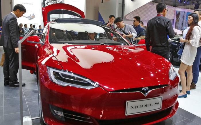 Xe Tesla mất phanh rồi tông vào tường, nhân viên hãng giải thích: Do lực ma sát trên mặt đất quá thấp