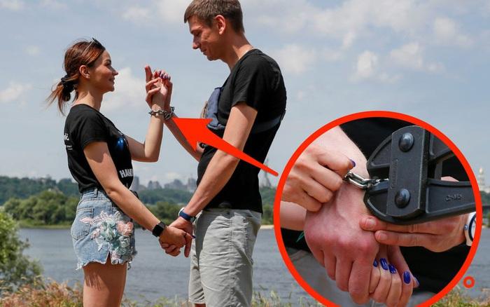 Cặp đôi xích nhau lại để cứu vãn tình yêu, nhưng rồi vẫn cắt xích chia tay sau 123 ngày gian khổ
