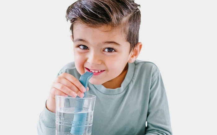 Cách chữa nấc hiệu quả nhất hóa ra là hút nước thật mạnh bằng ống hút
