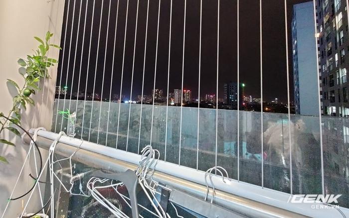 Loại lưới chắn ban công rất phổ biến này không được thiết kế để chặn trẻ em. Bố mẹ đừng ỷ lại mà bỏ mặc an toàn của con